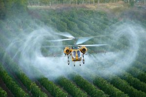 Helicopter spraying crops. Photo by Péter Czégény, licensed under https://creativecommons.org/licenses/by-sa/4.0/deed.en