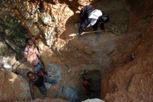 Mining in Africa (by Julien Harnais, https://www.flickr.com/photos/16935515@N00/1872000955)